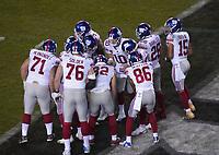 Huddle der New York Giants um quarterback Eli Manning (10) of the New York Giants - 09.12.2019: Philadelphia Eagles vs. New York Giants, Monday Night Football, Lincoln Financial Field