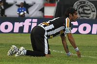 RIO DE JANEIRO, RJ, 29 DE JANEIRO 2012 - CAMPEONATO CARIOCA - 1o TURNO - TAÇA GUANABARA - NOVA IGUAÇU X BOTAFOGO - Loco Abreu, jogador do Botafogo durante partida contra o Nova Iguaçu, pela 2o rodada da Taça Guanabara, no estádio Proletário, na cidade do Rio de Janeiro, neste domingo, 29. FOTO: BRUNO TURANO – NEWS FREE.
