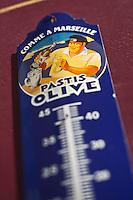 Europe/France/Provence-Alpes-Côte d'Azur/13/Bouches-du-Rhône/Marseille: Thermomètre publicitaire pour une marque de Pastis à la facade d'une boutique du quartier du Panier