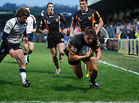 Photo: Richard Lane/Richard Lane Photography. London Wasps v Rugby Mogliano. Amlin Challenge Cup. 12/01/2013. Wasps' Tom Lindsay dives in for a try.