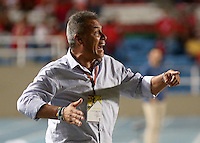 CALI - COLOMBIA-19-09-2016: Hernan Torres técnico de América Cali gesticula durante partido con Barranquilla FC por la fecha 12 vuelta del Torneo Águila 2016 jugado en el estadio Pascual Guerrero de la ciudad de Cali. / Hernan Torres coach of America de Cali gestures during match against Barranquilla FC for the date 12 second leg match of the Aguila Tournament 2016 played at Pascual Guerrero stadium in Cali. Photo: VizzorImage/ Juan C Quintero / Cont
