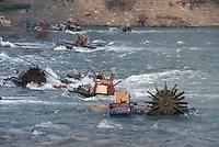 - emergency electric power generators set by  Goradze population in the Drina river during the siege by part of  Serbian troops....- generatori di corrente di emergenza posti dalla popolazione di Goradze nel fiume Drina durante l'assedio da parte delle truppe Serbe