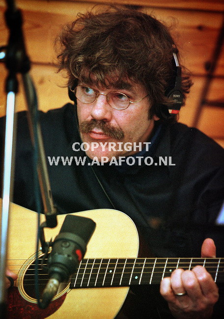 Archieffoto van Bennie jolink<br /><br />Bennie Jolink geconcentreerd aan het werk in de studio tijdens een CD opname begin dit jaar.