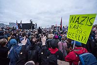 """Bis zu 2500 Anhaenger der Rechtspartei """"Alternative fuer Deutschland"""" (AfD) versammelten sich am Samstag den 7. November 2015 in Berlin zu einer Demonstration. Sie protestierten gegen die Fluechtlingspolitik der Bundesregierung und forderten """"Merkel muss weg"""". Die Demonstration sollte der Abschluss einer sog. """"Herbstoffensive"""" sein, zu der urspruenglich 10.000 Teilnehmer angekuendigt waren.<br /> Mehrere tausend Menschen protestierten gegen den Aufmarsch der Rechten und versuchten an verschiedenen Stellen die Route zu blockieren. Gruppen von AfD-Anhaengern wurden von der Polizei durch Einsatz von Pfefferspray, Schlaege und Tritte durch Gegendemonstranten, die sich an zugewiesenen Plaetzen aufhielten, zur rechten Demonstration gebracht. Zum Teil wurden sie von Neonazis-Hooligans dabei angefeuert. Dabei kam es zu Verletzten, mehrere Gegendemonstranten wurden festgenommen.<br /> Im Bild: AfD-Gegner protestieren bei der Abschlusskundgebung der AfD vor dem Berliner Hauptbahnhof.<br /> 7.11.2015, Berlin<br /> Copyright: Christian-Ditsch.de<br /> [Inhaltsveraendernde Manipulation des Fotos nur nach ausdruecklicher Genehmigung des Fotografen. Vereinbarungen ueber Abtretung von Persoenlichkeitsrechten/Model Release der abgebildeten Person/Personen liegen nicht vor. NO MODEL RELEASE! Nur fuer Redaktionelle Zwecke. Don't publish without copyright Christian-Ditsch.de, Veroeffentlichung nur mit Fotografennennung, sowie gegen Honorar, MwSt. und Beleg. Konto: I N G - D i B a, IBAN DE58500105175400192269, BIC INGDDEFFXXX, Kontakt: post@christian-ditsch.de<br /> Bei der Bearbeitung der Dateiinformationen darf die Urheberkennzeichnung in den EXIF- und  IPTC-Daten nicht entfernt werden, diese sind in digitalen Medien nach §95c UrhG rechtlich geschuetzt. Der Urhebervermerk wird gemaess §13 UrhG verlangt.]"""