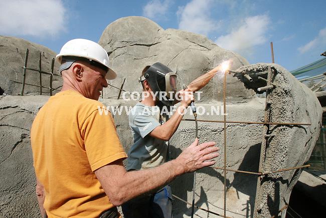 Arnhem, 060906<br /> Bouw rotswanden, kopjeslandschap Burgers' Zoo.<br /> Kunstenaar Amerikaan Mike Harvey begeleid de werkzaamheden.<br /> Foto: Sjef Prins - APA Foto
