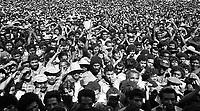 Serra Pelada.<br /> Garimpeiros comemoram a reabertura da cava com grande churrasco promovido pelo major Curio.<br /> Foto Paulo Santos<br /> 1985