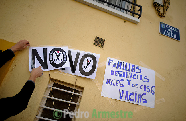 SPAIN, Madrid : A man places a placard against evictions at the entrance of the apartment building where Vicente Torres lives in Madrid on April 18, 2012. Vicente Torres, 73, who is severy ill and underwent a recent heart surgery, faces an eviction from his house. Eviction procedures in Spanish courts for unpaid mortgages and rent hit a record of 58,241 in 2011, a 21.2 percent rise over the previous year. Evictions have soared in Spain since the collapse of a property bubble in 2008 that triggered the country's economic crisis. Placard reads 'Evicted families and thousand of empty houses'. (c) Pedro ARMESTRE