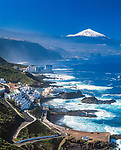 Spanien, Kanarische Inseln, Teneriffa, Fischerdorf El Prix an der Nordkueste und der schneebedeckte Pico del Teide (3.718 m), Spaniens hoechster Berg | Spain, Canary Islands, Tenerife, fishing village El Prix at the north coast and Pico del Teide with snow (3.718 m), Spain's highest mountain