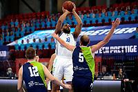 10-04-2021: Basketbal: Donar Groningen v ZZ Leiden: Groningen, Donar speler Juwann James legt aan voor een schot Leiden speler Marijn Ververs komt te laat