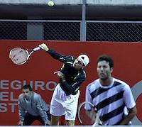BOGOTÁ -COLOMBIA. 17-07-2013. Alejandro González (atrás)(COL)/Carlos Salamanca (COL)  durante el juego contra James Cerretani (USA)/Chris Guccione (AUS) en dobles en la segunda ronda del ATP Claro Open Colombia 2013 en el centro de Alto Rendimiento en la ciudad de Bogotá./ Alejandro Gonzalez (back) (COL)/ Carlos Salamanca (COL)  during match against James Cerretani (USA)/ Chris Guccione (AUS) on the second round of the ATP Claro OAlto Rendimiento in Bogota city. Photo: VizzorImage / Str