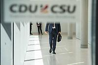 Ein Mitglied der CSU, nach waehrend einer ausserordentlichen Sitzung der CDU/CSU-Fraktion nachdem es zwischen der CDU und der CSU zum Streit ueber den Umgang mit Fluechtlingen gab. Die Sitzung des Deutschen Bundestag wurde aufgrund dieses Streit auf Antrag der CDU/CSU-Fraktion fuer mehrere Stunden unterbrochen. Die Fraktionen von CDU und CSU tagten getrennt.<br /> 14.6.2018, Berlin<br /> Copyright: Christian-Ditsch.de<br /> [Inhaltsveraendernde Manipulation des Fotos nur nach ausdruecklicher Genehmigung des Fotografen. Vereinbarungen ueber Abtretung von Persoenlichkeitsrechten/Model Release der abgebildeten Person/Personen liegen nicht vor. NO MODEL RELEASE! Nur fuer Redaktionelle Zwecke. Don't publish without copyright Christian-Ditsch.de, Veroeffentlichung nur mit Fotografennennung, sowie gegen Honorar, MwSt. und Beleg. Konto: I N G - D i B a, IBAN DE58500105175400192269, BIC INGDDEFFXXX, Kontakt: post@christian-ditsch.de<br /> Bei der Bearbeitung der Dateiinformationen darf die Urheberkennzeichnung in den EXIF- und  IPTC-Daten nicht entfernt werden, diese sind in digitalen Medien nach ß95c UrhG rechtlich geschuetzt. Der Urhebervermerk wird gemaess ß13 UrhG verlangt.]