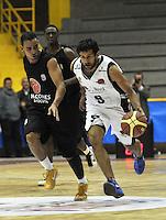 BOGOTA – COLOMBIA – 25-02-2013: Restrepo (Der.) de Piratas de Bogotá, disputa el balón con José López (Izq.) de Halcones de Cúcuta, febrero 25 de 2013. Piratas y Halcones en tercera partido de  la Liga Directv Profesional de baloncesto en partido jugado en el Coliseo El Salitre. (Foto: VizzorImage / Luis Ramírez / Staff).  Restrepo (R) of Piratas from Bogota, fights for the ball with Jose López (L) of Halcones from Cucuta, February 25, 2013. Pirates and Halcones in the third match the Directv Professional League basketball, game at the Coliseum El Salitre. (Photo: VizzorImage / Luis Ramirez / Staff).