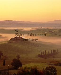 Italy, Tuscany, near San Quirico d'Orcia: Misty Tuscan scenery | Italien, Toskana, bei San Quirico d'Orcia: mystische, typisch toskanische Landschaft