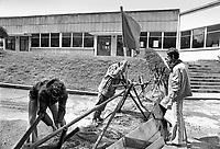la fabbrica di orologi LIP occupata e autogestita dai lavoratori; preparazione delle difese contro gli attacchi della polizia (Besançon, luglio 1977)<br /> <br /> - the LIP clocks factory  self-managed by workers; preparation of outworks against police attacks (Besançon, July 1977)