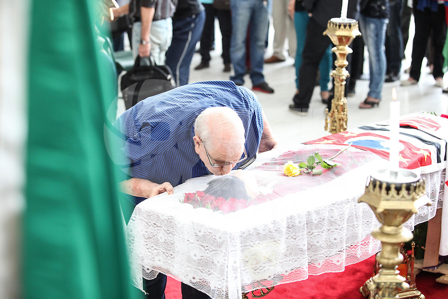 SAO PAULO, SP, 09.03.2015 - VELORIO INEZITA BARROSO  - ASSEMBLEIA LEGISLATIVA - SP - O humorista Ary Toledo se despede de Inezita Barroso. Amigos, familiares e fãs, no velorio de Inezita Barroso, nesta segunda-feira (9). Inezita faleceu no ultimo domingo (8) aos 90 anos no hospital Sirio-Libanes, vitima de isulficiência respiratoria.  (Douglas Pingituro / Brazil Photo Press)