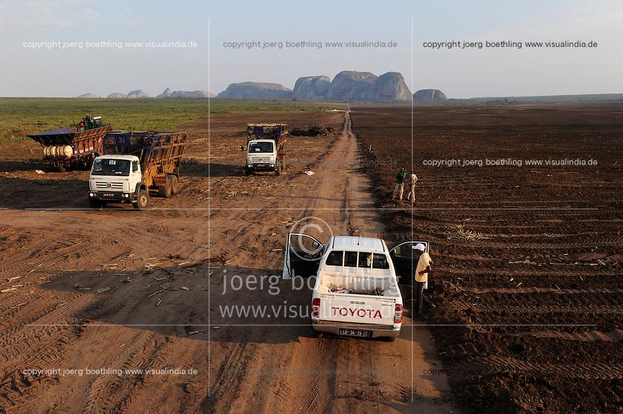 Afrika ANGOLA Malange , Biocom Projekt, Joint venture zwischen Konzern Odebrecht aus Brasilien und Sonangol, staatliche Oelgesellschaft Angolas, und weiteren Investoren u.a. Tocher des Praesidenten Dos Santos, auf einigen tausend Hektar wird Zuckerrohr fuer Produktion von Zucker und Bioethanol angebaut, die Zuckerfabrik ist im Bau und soll 240.000 Tonnen Zucker pro Jahr herstellen, dazu kommen 30 Millionen Liter Ethanol und 70 Megwatt Strom aus Bagasse von einem Biomassekraftwerk, Plantage und Zuckerfabrik sollen 1470 Menschen beschaeftigen, Pflanzung von Zuckerrohr / ANGOLA Malange , Biocom Project, sugar factory and large farm for production of sugar cane for 240.000 tons sugar and 30 billion litre bio ethanol