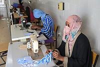 MAURETANIA, Nouakchott, Caritas vocational training centre, tailoring class, women sew mask in Corona pandemic times / MAURETANIEN, Nuakschott, Caritas, Berufsbildungszentrum, Schneiderei, Frauen nähen Masken in Corona Zeiten