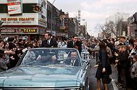 Jean BŽliveau et Robert Rousseau sur la rue Sainte-Catherine, 9 mai 1966