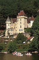 Europe/France/Aquitaine/24/Dordogne/La Roque Gageac: Randonnée en canoë sur la Dordogne à La Roque Gageac, à l'arrière plan le château de la Malartrie