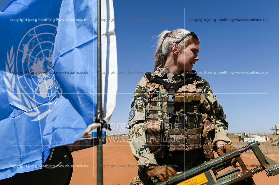 MALI, Gao, UN peace keeping mission MINUSMA, Camp Castor, german army Bundeswehr, female soldier / MALI, Gao, Minusma UN Friedensmission, Camp Castor, deutsche Bundeswehr, Stabsunteroffizierin arbeitet auf LKW-Auffahrplatte