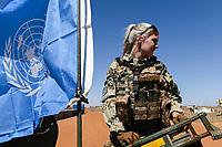 MALI, Gao, UN peace keeping mission MINUSMA, Camp Castor, german army Bundeswehr, female soldier / MALI, Gao, Minusma UN Friedensmission, Camp Castor, deutsche Bundeswehr, Stabsunteroffizierin arbeitet auf LKW-Auffahrplatte