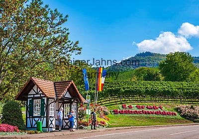 Deutschland, Baden-Wuerttemberg, Nordschwarzwald, Sasbachwalden im Ortenaukreis: Weinort an der Badischen Weinstrasse gelegen, Bushaltestelle am Ortseingang   Germany, Baden-Wurttemberg, Northern Black Forest, Sasbachwalden: wine village at Baden Wine Route, bus stop at village entry