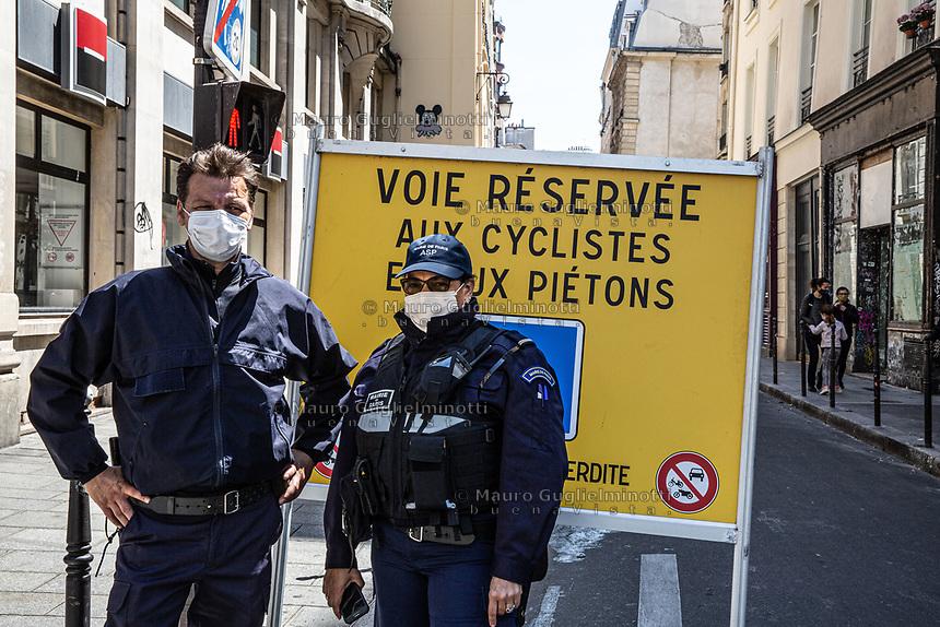 Due guardie municipali con mascherina controllano gli accessi pedonali