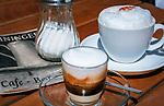 Deutschland, Bayern, Niederbayern, Bayerischer Wald, Straubing: Cappuccino und Latte Macchiato im Cafe Steininger | Germany, Lower Bavaria, Straubing: Cappuccino and Latte Macchiato served at a Bavarian Cafe