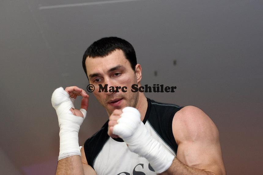 Wladimir Klitschko (UKR)<br /> Dr. Wladimir Klitschko vs. Hasim Rahman, Pressetraining<br /> *** Local Caption *** Foto ist honorarpflichtig! zzgl. gesetzl. MwSt. Auf Anfrage in hoeherer Qualitaet/Aufloesung. Belegexemplar an: Marc Schueler, Am Ziegelfalltor 4, 64625 Bensheim, Tel. +49 (0) 151 11 65 49 88, www.gameday-mediaservices.de. Email: marc.schueler@gameday-mediaservices.de, Bankverbindung: Volksbank Bergstrasse, Kto.: 151297, BLZ: 50960101