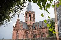 """Die Katharinenkirche in Oppenheim.<br /> Die Kirche gilt als eine der bedeutendsten gotischen Kirchen am Rhein zwischen Strassburg und Koeln. Ihre Errichtung erfolgte in Abschnitten im 13., 14. und 15. Jahrhundert.<br /> Die Kirche ist unteranderem fuer ihre Bleiglassfenster beruehmt, von denen viele noch im Original erhalten sind; so auch Fenster der """"Oppenheimer Rose"""".<br /> Bei Renovierungsarbeiten im Jahr 1959 wurde an der Suedseite der Fassade ein Portrait des damaligen Bundespraesidenten Theodor Heuss angebracht.<br /> 30.8.2021, Oppenheim<br /> Copyright: Christian-Ditsch.de"""