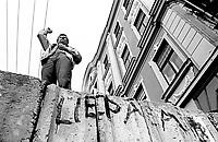 LETTLAND, 20.08.91, Riga. Waehrend des Anti-Gorbatschow-Putsches versuchen sowjetische Truppen, die Kontrolle über Riga zu erhalten, mit dem Scheitern des Putsches gewinnt Lettland endgueltig seine Unabhaengigkeit. - Der Journalist und spaetere Politiker Aivars Berkis spricht von der Barrikade am Parlament.   During the anti-Gorbachev-coup Soviet troops try to obtain control of Riga. With the failure of the coup Latvia finally regains its independence. - The journalist and future politician Aivars Berkis making a speech from the barricade at the parliament..© Martin Fejer/EST&OST