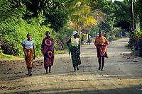 Madagaskar, Insel Sainte-Marie oder Nosy Boraha. Menschen auf der Strasse nach in Ambodifotatra. Einheimische, Bevoelkerung, Afrika, 2006, QF; Madagascar, island Sainte-Marie or Nosy Boraha. People on the road to Ambodifotatra. (Bildtechnik: sRGB, 52.17 MByte vorhanden)