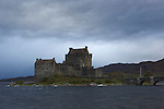 Eilean Donan castle dans la tempete. This castle is situated by the picturesque village of Dornie on the main tourist route to the Isle of Skye.