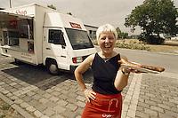 Ort: Bitterfeld /Sachsen Anhalt/ Germany..Datum:29.06.2005..Hannelore Haußmann aus Bitterfeld, Imbisswagen Snack & Shop: ...in der DDR hatte Hannelore Haußmann  Arbeit in der Betriebsküche. Heute Verkauft sie Tagsüber vor der selben Kantine Bratwurst und Getränke aus Ihrem Snack Shop.