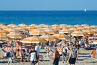 Italy. Province Emilia-Romagna. Rimini. Tourists walk, take a rest, sunbathe and sleep on the sandy beach. Life in the summer on the beach. Rimini is located on the Adriatic Sea and is one of the most famous seaside resorts in Europe, thanks to its 15 km-long sandy beach. 17.07.99 © 1999 Didier Ruef
