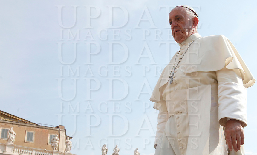 Papa Francesco arriva a un'udienza giubilare in Piazza San Pietro, Citta' del Vaticano, 10 settembre 2016.<br /> Pope Francis arrives for a Jubilee audience in St. Peter's Square at the Vatican, 10 September 2016.<br /> UPDATE IMAGES PRESS/Isabella Bonotto<br /> <br /> STRICTLY ONLY FOR EDITORIAL USE