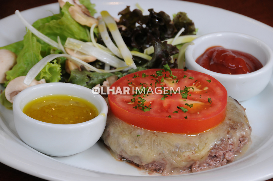Hamburguer de file mignon grelhado, queijo mussarela e salada. SP. Foto de Marcia Minillo.