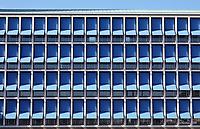Nederland IJmuiden 2021. Plein 1945.  Het stadhuis van de gemeente Velsen is ontworpen door Willem Marinus Dudok. Zonneschermen. Foto ANP / Hollandse Hoogte / Berlinda van Dam