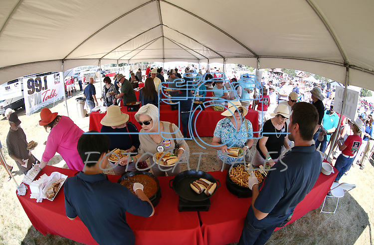 More than 1,000 people attend the second annual Basque Fry, a Republican rally and barbeque, in Gardnerville, Nev., on Saturday, Aug. 20, 2016. Cathleen Allison/Las Vegas Review-Journal