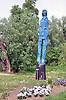 Der blaue Karl (6 m), eine der sieben Holzskulpturen des Tassilo-Prozesses von Klaus Prior, dem Tessiner Bildhauer, nahe der Mole in Frei-Weinheim