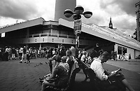 berlino, quartiere mitte, alexander platz. turisti alla torre della televisione (fernsehturm) --- berlin, mitte district, alexander platz. tourists at the television tower (fernsehturm)