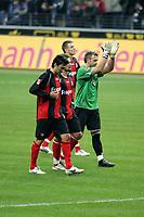 Chris, Albert Streit und Markus Prˆll (alle Eintracht Frankfurt) bedanken sich bei den Fans