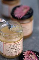 Europe/France/Provence-Alpes-Cote d'Azur/84/Vaucluse/Bonnieux: pots de miel du Mas des Abeilles - Col le Pointu