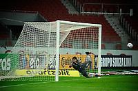 PORTO ALEGRE, RS, 10.06.2021 - INTERNACIONAL - VITORIA - O goleiro Lucas Arcanjo, da equipe do Vitória, na partida entre Internacional e Vitória, válida pela Copa do Brasil 2021, no estádio Beira Rio, em Porto Alegre, nesta quinta-feira (10).