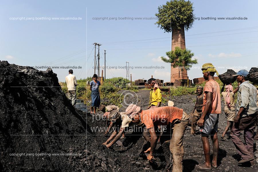 INDIA Dhanbad, underground coal mining of BCCL Ltd a company of COAL INDIA, worker are loading coal on trucks / INDIEN Dhanbad , Untertagekohlebergwerk von BCCL Ltd. ein Tochterunternehmen von Coal India, Verladung der gefoerderten Kohle auf LKW, aus einem alten Schornstein waechst ein Baum