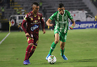 IBAGUÉ - COLOMBIA, 13-11-2019: Alex Castro del Deportes Tolima  disputa el balón con Daniel Munoz del Atlético Nacional durante segundo partido por los cuadrangulares semifinales de la Liga Águila II 2019 entre Deportes Tolima   y el Atlétco Nacional jugado en el estadio Manuel Murillo Toro de la ciudad de Ibagué. / Alex Castro of Deportes Tolima struggles the ball with Daniel Munoz of Atletico  Nacional during second match for the quadrangular semifinals as part of Aguila League II 2019 between Deportes Tolima   and Atletico  Nacional  played at Manuel Murillo Toro stadium in in Ibague city. Photo: VizzorImage / Felipe Caicedo / Satff