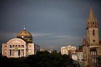 Teatro Amazonas, construído em 1896, durante o ciclo da borracha, ao lado esquerdo a Igreja de São Sebastião, na praça de São Sebastião. Manaus/2011. Foto: Ana Mokarzel