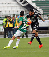 MANIZALES - COLOMBIA -12-02-2017: Jose Ramirez (Der) jugador de Once Caldas, disputa el balón con Fabian Sambueza (Izq.) jugador de Deportivo Cali, durante partido Once Caldas y Deportivo Cali, por la fecha 3 de la Liga de Aguila I 2017 en el estadio Palogrande en la ciudad de Manizales. / Jose Ramirez (R) player of Once Caldas, figths the ball with con Fabian Sambueza (L) player of Deportivo Cali, during a match Once Caldas and Deportivo Cali, for date 3 of the Liga de Aguila I 2017 at the Palogrande stadium in Manizales city. Photo: VizzorImage  / Santiago Osorio / Cont.