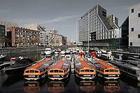 Nederland  Amsterdam -  2020.  Rondvaartboten liggen werkloos bij het IJdock.  Foto : ANP/ HH / Berlinda van Dam
