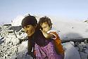 Irak 1991  Une femme et son enfant dans les ruines de Kala Diza  Iraq 1991 A woman with her child among the ruins of  Kala Diza